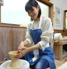 講師がマンツーマンであなたの作陶をアシストしますので、初めての方も安心です。