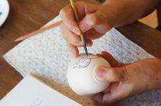 絵付け体験 1,000円~(税抜)<br />約20種類の素焼生地をご用意しています。<br />3色の釉薬で思い思いのデザインを描いていただけます。<br />節句や銀婚式などの記念として、陶板の手形も人気です。