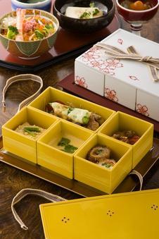 有田の新・ご当地グルメ「有田焼五膳」(¥1,300)も提供しています。