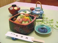 江戸風花ちらし寿し御膳 ¥1,980<br/>自家製のこだわりそぼろに新鮮な魚介を盛り付けた華やかなちらし寿し御膳です。