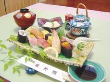 亀井鮨御膳 ¥2,480<br/>新鮮なネタを使った贅沢なにぎり寿しに有田名物ごどうふや汁物、茶碗蒸しがついています。