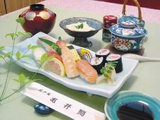 にぎり寿し御膳 ¥1,980<br/>四季折々の味覚をお楽しみいただけるにぎり寿しに、ごどうふ、汁物、茶碗蒸しがついています。