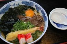 五味うどん ¥990(税込)<br/>「肥前有田うどん」に、えび、肉、わかめ、玉子、カニかまの5種類の具が入った贅沢な一品です。<br />そばもあります。<br />