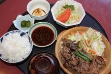 焼肉定食<br />佐賀牛の焼き肉にご飯、汁物、ごどうふ、サラダなどがついた人気の定食です。