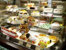 お子様に人気のキャラクターケーキをはじめ、お祝いの席にぴったりのホールケーキも様々な種類を取り揃えています。