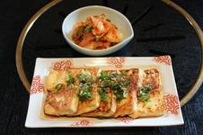 トウブチョン ¥700<br />(ゴマ油で焼いて薬味醤油をかける、韓国風焼とうふ)<br />手作り白菜キムチ ¥350