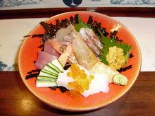 お昼のサービスメニュー<br />海鮮丼(自家製味噌汁付)<br />¥1,050~(税抜)<br />写真は上¥2,000(税抜)