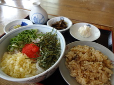 めんたい定食 ¥970(税込)<br/>とりごはんがついた、冷やしうどんのセットです。<br/>めんたいがスープに溶け込んで、最後の一滴まで美味しくいただけます。<br/>そばもあります。