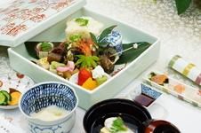陶箱弁当<br />寿字尽くしのオリジナルの陶箱に茶懐石風に盛り付けられた人気メニューです。