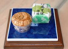 伊万里焼饅頭<br />焼物の産地・伊万里をイメージして茶碗を形取ったお菓子です。<br />ほっくりとした餡を味わい深い皮でくるんでいます。<br />①8ヶ入 ¥982 ②12ヶ入 ¥1,496