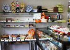 洋菓子・和菓子どちらも豊富に取り揃えています。