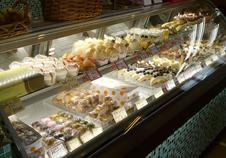 ショーケースに並ぶ色とりどりの洋菓子は、地元の方々に大人気。