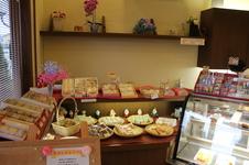 ケーキ以外に色々な焼き菓子が揃っています。<br />お土産やおやつに好評です。