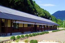 三方を有田川に囲まれた静寂で上品な空間をおたのしみください。