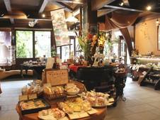 焼き菓子は店内でも食べられる。