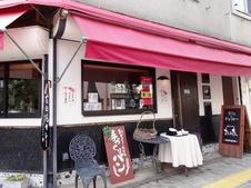 【有田駅前店】<br />持ち帰り用の販売をメインに行っています。小さなカフェスペースがあり、ここでお召し上がりいただくことも可能です。