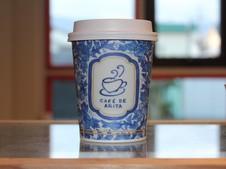 有田焼の絵柄をプリントしたお持ち帰り専用の特製カップは、お客様に大好評です!