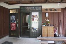 右側の扉は宿、左側の扉がランチ・居酒屋への入り口です。
