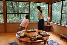 大きな窓から見える自然豊かな光景が、料理の美味しさを引き立たせてくれます。