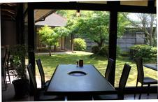 テーブル席:中庭の見える席で極上のお肉を楽しめます。