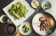 とれたて地場野菜のサラダに有田名物ごどうふ。メインは「ありたぶた」のローストをご用意しました。ごはんは有田の棚田米を使用しています。本日のデザートとドリンク付きです。