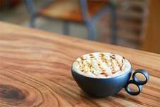 ドリンクはハンドドリップコーヒーをはじめ、キャラメルラテや柚子緑茶、佐賀みかんジュースなど、リフレッシュにぴったりなドリンクメニューを取り揃えております。<br/>