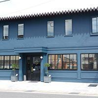 商店街の一角に荘厳と佇むコバルトブルーの建物が目印です。<br />