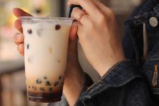 「タピオカミルクティー」<br />モチモチのタピオカをたっぷり使ったミルクティーです。<br />「タピオカ抹茶ラテ」もあります。味の違いを楽しんでみて下さい。