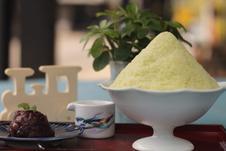 「粉雪」 <br />看板商品の韓国発のふわふわさらさら食感のかき氷風スイーツ<br />〈定番〉ミルク、豆乳、抹茶、きなこ<br />〈季節限定〉いちご、シトラス、梨、金柑、ぶどう