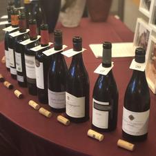月に一度テーマを設け「Cadeau ワイン会」を開催しています。(要予約)<br />