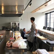 ライブ感漂うオープンキッチン。調理中の香りや音もお楽しみください。<br />