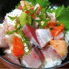 ランチタイムには海鮮丼やローストビーフ丼などが楽しめます。<br />