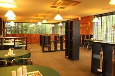 広々とした店内で、開放的でありながら落ち着いた空間を演出。<br />森の隠れ家的な雰囲気を楽しんで頂けます。
