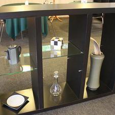 店内にはギャラリーのように深川製磁の焼き物が並べられています。