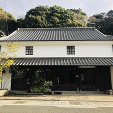 Kasaneの店舗は、国の重要伝統的建造物群保存地区である有田内山地区にあります。<br>kasaneの建物も伝統的建造物であり、 160年以上の歴史を持っています。<br>
