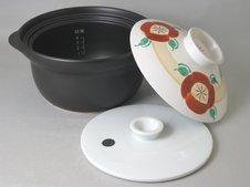 IH対応炊飯鍋 炊っくん<br />IH調理器で釜戸炊きのような香ばしさを味わえます。鍋本体の遠赤外線効果と中蓋の圧力によりお米の旨味成分を逃さず、ふっくらとした甘みのある美味しいご飯が炊き上がります。