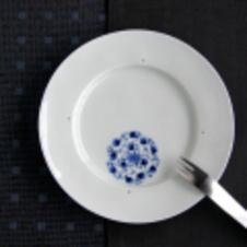 金善窯 花紋唐草5寸プレート<br/>伝統的な文様の花唐草を丸紋と合わせたモダンな染付。<br/>ケーキ皿や取皿にちょうどいい5寸サイズのプレートです。