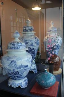 見事な技で山水が描かれている花瓶は必見。