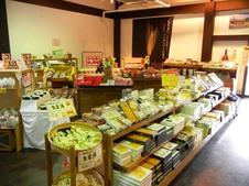 小城羊羹やさが錦などのお菓子だけでなく、店内には嬉野茶や玄海漬けなど数多くのお土産を取り揃えています。