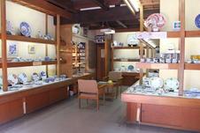 源右衛門窯の品揃えが豊富な店内
