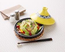 タジン鍋<br />蒸す、煮る、焼く、炒めるなど様々な使い方ができ、料理を美味しく仕上げてくれます。<br />直火はもちろん、電子レンジにも対応できます。