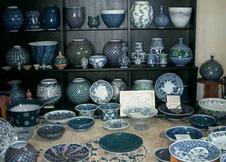 尺皿、壷の展示。
