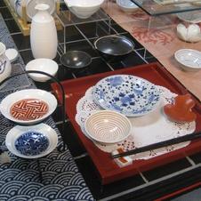 染付から色絵まで古伊万里の意匠をモダンに使いこなす、クニエダヤスエ流テーブルコーディネートです。