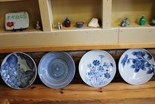 尺皿・尺鉢類。<br/>美しい藍色と繊細な絵柄が特徴です。