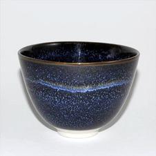 【銀河茶碗】桐箱・真田紐付<br />濃い紺の色調も重厚さを醸し出し、見込みを覗けば、吸い込まれそうな銀河宇宙の広がった熟練の釉の技法から生まれた作者の作品の中でも数少ない茶碗です。