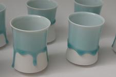 白磁に青の釉が流れ落ちる自然な動きをとじこめた雫グラス。