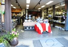 入口より真っ直ぐな通路で入り易い店舗。