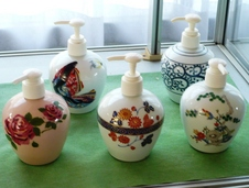 様々な柄のソープボトルは、ご自宅の洗面台の色などと合わせてコーディネートできます。