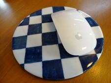有田焼のマウスパッドは、デスク回りのおしゃれなアイテムとしてご活用いただけます。<br/>また、鍋敷きなどキッチンテーブルアイテムとしても使用できます。
