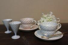 丁寧に網瓔珞が描かれた粋でモダンな珈琲碗と盃です。<br />盃には、ミルクや小さなお菓子などを入れて添える使い方もおすすめ。